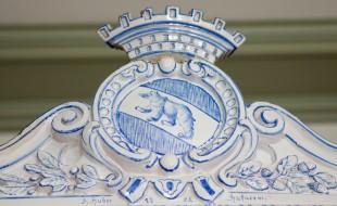 Erlacherhof - Wappen auf Zimmerofen